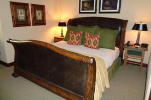 189 King Leather Sleigh Bed